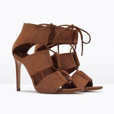 Cognacfarbene Sandale mit breiten Riemen, Stiletto-Absatz und Schnürung von Zara, um 60 Euro.