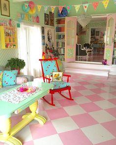 #livingrooms #harlequinfloor #paintedtable & #rockingchair ❤️ #villekulla #loghouse #tømmerhus 1️⃣6️⃣6️⃣ years old #sjakkrutetegulv #popeyecandy #colorful_interior #colormehappy #fargerikehjem