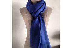 Intense couleur bleu fabuleuse écharpe en cachemire.