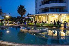 Quando scende la sera, le feste in #piscina al Blu Suite diventano molto romantiche e suggestive!