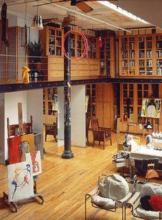 Un gran espacio central articula esta vivienda y en él coinciden el salón, la cocina y una zona de trabajo.