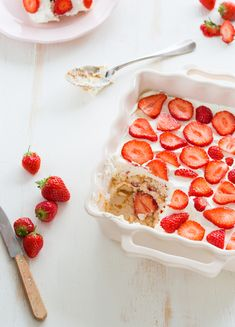 strawberry tiramisu x WHAT?Tiramisu is a traditional Italian cake, this is an original adaptat. Strawberry Tiramisu, Strawberry Recipes, Strawberry Syrup, Strawberry Shortcake, Just Desserts, Delicious Desserts, Yummy Food, Dessert Healthy, Dessert Food