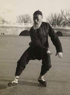 I did not know that Tai Chi was a winter sport. Kung Fu, Tai Chi Qigong, Chinese Martial Arts, Taoism, Martial Artists, Yin Yang, Belle Photo, Black And White, Photos