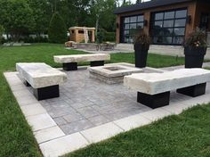 Coin feu avec bancs en pierre naturelle sur pattes en blocs de béton recouvert de tôle noir. #pierrenaturelle #pavéuni #foyer #exterieur #permacon #brissonpaysagiste #landscape #outdoorspaces #paysagiste #amenagementpaysager Fun Backyard, Land Scape, Foyer, Pergola, Condo, Patio, Outdoor Decor, House, Ideas