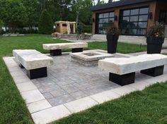 coin feu avec bancs en pierre naturelle sur pattes en blocs de bton recouvert de tle - Cour En Beton Color