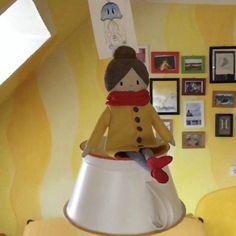 Die DIY Küchenlampe  als Schaukel für Lotta #daskartenmaedchen. Selbstgemacht, Upcycling eines Nudelsiebes. Meine Puppe fühlt sich wohl beim Schaukeln. Postkarten und Bilderrahmen zieren die gelbe Wand! #diy #postkarten #küchendesign #küchenideen #spass Lotta, Funny Stories, Mail Art, I Card, Diy Furniture, Illustration, Yellow Walls, Swings, Doll