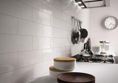 人気のブルックリンスタイルにも。キッチン壁におすすめのハンドメイド感漂うオールマイティな内装タイル「Glossy - グロッシー」B-R4GJ(ホワイト)100×300角|タイル通販・ BOWCS -tile market-
