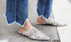 Las babuchas, parecidas a las zapatillas de casa, están abiertas por el talón y, en general, terminan en punta..