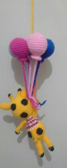jirafa con globos hecho sin patrón mirando una imagen en la Web