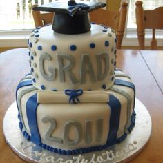 Can be done in any school or preferred colors Beautiful Cakes, Amazing Cakes, Cupcake Cookies, Cupcakes, Graduation Cake, Graduation Ideas, Creative Cakes, Cakes And More, Themed Cakes