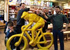 Zoveel mogelijk handtekeningen van ex-winnaars van de Ronde van Vlaanderen verzamelen voor Vredeseilanden. Thijs Ameye (33) en Tom Vansteenbrugge (35) uit Dentergem trokken samen met de Antwerpse kunstenaar Erik Nagels met een mobilhome door Europa.