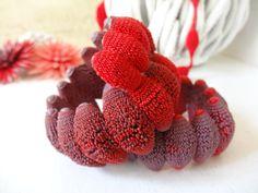 Bracelet Perle - Issus d'un savoir-faire français unique, les produits Tzuri Gueta sont réalisés entièrement à la main dans un atelier parisien au Viaduc des Arts.  Technique inédite mêlant le textile au silicone.