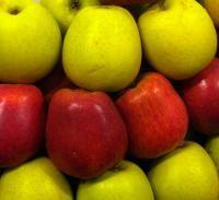 Hablando de las frutas beneficiosas para reducir los niveles de ácido úrico, las manzanas también serán beneficiosas para eliminar el ácido úrico y, una vez más, el agua de manzanas. Deberás hervir tres manzanas troceadas en un litro y medio de agua durante aproximadamente media hora. A continuación, tendrás que filtrarla y bebértela luego.