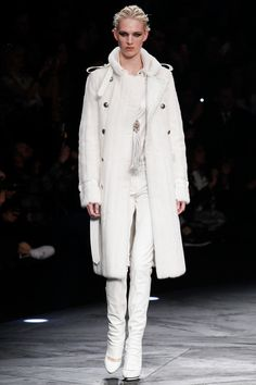 ROBERTO CAVALLI - Fall Winter 2014 On the one hand, this model is almost in white, but it has an only ornament inside of the coat, it cannot be monotonous. On the other hand, people wear like this looks so neat and pure. Clothing can refract people's mind.