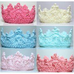 Hermosas #coronas para la #princesa y #principe de la casa, patrón original de @waterswares #paralosmaspequeños #reciennacido #crochet #ganchillo #coralindelmar #artesania #tejido #hechoamano  #hechoconamor #islademargarita #hechoenvenezuela #bautizos #recuerdos #handmade #crown