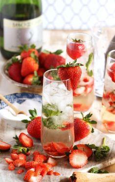 Mojito mit Sekt und Erdbeeren, erfrischendes Sommergestränk mit Eis, einfache Rezepte für Cocktails