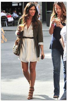 Los mejores looks de Sara Carbonero: Vestido blanco y americana caqui   Street Style