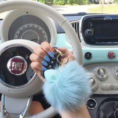 Der passende Puschel, für meinen Schlüssel, darf natürlich nicht fehlen☺️ #carinterior #carinstagram #carsofinstagram #fiat500 #fiat #spam #white #beige #inlove #puschel