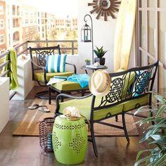 Möbel-für-Balkon-Sitzbänke-Metallgestell-schwarz-lack-grüne-Sitzkissen-Bodenlaterne