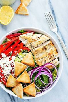 A quick and healthy Chicken Gyro Salad with Tzatziki Dressing made from crunchy romaine, red onions, and peppers, topped with juicy seasoned chicken , feta cheese and pita croutons! Green Salad Recipes, Summer Salad Recipes, Summer Salads, Salad Bar, Chicken Gyros, Eating For Weightloss, Easy Chicken Recipes, Pork Recipes, Vegan