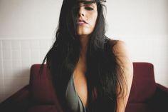 """15.dez.2015 - Bianca Leão caprichou na sensualidade em ensaio fotográfico e revelou onde vai passar a virada de ano. A assistente de palco do programa """"Tudo pela Audiência"""" foi clicada em um quarto e mostrou que não precisa tirar toda a roupa para chamar a atenção."""