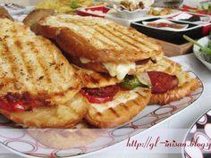 Ayvalık Tostu Tarifi - Malzemeler : Ayvalık tost ekmeği Sucuk Kaşar Yeşil biber Domates Tereyağı