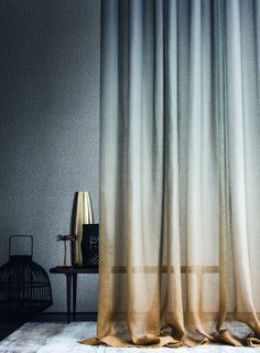 Extra long curtains: our top 5 [Deco Home]- Überlange Vorhänge: unsere Top 5 [Deco Home] Super nice trend: casually play on the floor. More examples decohome. Ombre Curtains, Voile Curtains, Curtains With Blinds, Curtain Fabric, Drapery, Painted Curtains, Blue Drapes, Curtain Material, Sheer Curtain Panels