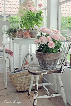 Dell idea for balcony with geraniums - balcony & garden - .- Dell Idee für Balkon mit Geranien – Balkon & Garten – Dell idea for balcony with geraniums – balcony & garden – - Jardin Style Shabby Chic, Shabby Chic Rustique, Shabby Chic Veranda, Cottage Shabby Chic, Shabby Chic Porch, Shabby Chic Interiors, Shabby Chic Living Room, Shabby Chic Homes, Shabby Chic Decor