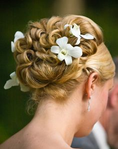 Stylish-Bridal-Hair-updo-Style-with-orhids.jpg (582×739)