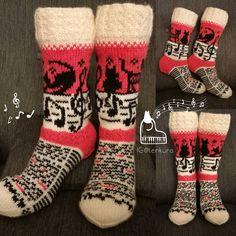 Kissanpolkkaa ja kirjoitusta 🐈🎼📖🐱 Itse sommiteltu malli 👌 #villasukat #voihanvillasukka #käsintehty #novitaknits #7veljestävadelma #kissasukat #instaneulojat #kirjoneule #catsocks #sockknitting #knitting #stricken #stickat #handmade #handknit #knittingaddict