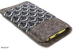 Diese Filzhülle wird auf passgenau für dein Smartphone angefertigt.   Sie ist aus hochwertigem 2 mm dickem Wollfilz gefertigt, der dein Smartphone gut schützt.   Auf der Vorderseite ist ein...