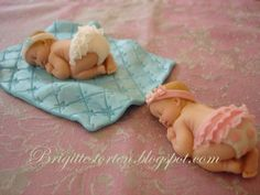 Süße Versuchung: Babys als Deko für die Tauftorte