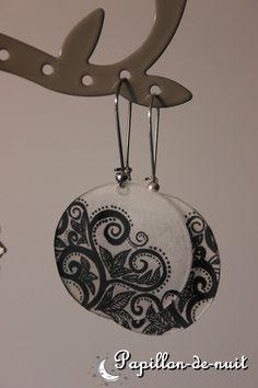 Boucles d'oreilles rondes en plastique fou : Boucles d'oreille par papillon-de-nuit