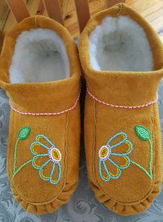 Beaded Moccasins, Leather Moccasins, Seed Bead Patterns, Beading Patterns, Aboriginal Clothing, Weaving Yarn, Beadwork Designs, Nativity Crafts, Native Beadwork