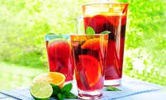 【材料】 ・オレンジジュース  1リットル ・シナモンスティック 1本 ・レモンの皮  1個分 ・シェリー酒  2本 ・パイナップルジュース 600mL ・スパークリング白ワイン  1本 ・炭酸水  1.25本 ・デコレーション用 フルーツ(スライスしたオレンジ、レモン、フレッシュミント)