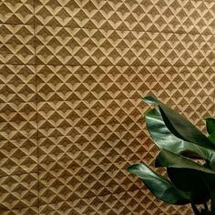 O porcelanato para parede Giardino tem efeito tridimensional e aparência de madeira. Lançamento da Portinari @exporevestir_oficial #revistacasaclaudia #exporevestir #wall #parede #revestimento #casa #house #decortrends #architecture #arquitetura