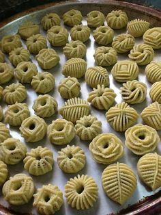 gateau algerien `: nakache Arabic Dessert, Arabic Sweets, Arabic Food, Donut Recipes, Cookie Recipes, Dessert Recipes, Cookies Et Biscuits, Cake Cookies, Sugar Free Brownies