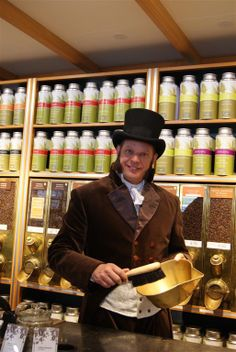 Simon Lévelt op bezoek bij zijn winkel in Hoorn. Koffie branden en een praatje maken met de mensen op straat.