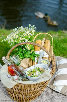 Picknick am See Picnic Date, Summer Picnic, Romantic Picnic Food, Farm Day, Backyard Picnic, Lawn Party, Picnic Foods, First Birthday Parties, Snacks