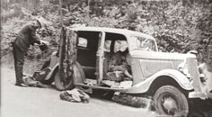 I love the story of Bonnie & Clyde. Bonnie and Clyde after ambush.Their bodies are still in car. Bonnie Clyde, Bonnie And Clyde Death, Bonnie Parker, Robert Doisneau, Mafia, Old Pictures, Old Photos, The Babadook, Les Aliens