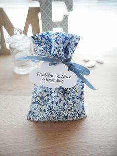 Ballotin Baptême ou Mariage - Sur commande - Tissu Liberty adelajda bleu imprimé étoiles - Ruban bleu et doré- Sachet