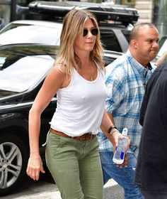 Jennifer Aniston 🌷Paired a White Tank With Olive-Green Pants Jeniffer Aniston, Jennifer Aniston Pictures, Jennifer Aniston Style, Jennifer Love Hewitt, Nancy Dow, Actrices Sexy, Olive Green Pants, Cool Summer Outfits, Beautiful Celebrities