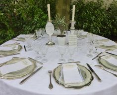 Menu plexi, nom de table plexi, marque-place calligraphiés sur Plexiglas blanc #mariage #menuplexi #plexiglas #acrylic #wedding #decotable #beplexi #marqueplaceplexi