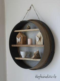 Réalisez une étagère originale avec un ancien tamis! C'est l'idée déco du dimanche! Une étagère avec un tamis Une idée originale pour recycler un ancien