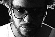 """A mistura entre afrobeat, samba-rock, música eletrônica, soul, funk, samba e congado mineiro marcam presença no """"Sexta Sonora""""."""