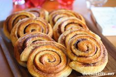 Det finnes bare én måte å feire kanelbollens dag på: Med nybakt kanelbakst. No Bake Desserts, Just Desserts, Norwegian Food, Norwegian Recipes, Good Food, Yummy Food, Dessert Drinks, Food Menu, Bread Baking