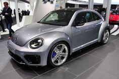 Volkswagen добавляет еще одну ложку мужественности в свой Beetle R, который дебютировал во Франкфурте. Окрашенный в «Serious Grey», и оснащеный яркими 20-дюймовыми «Talladega» легкосплавными дисками, кажется высокопроизводительным и привлекательным.