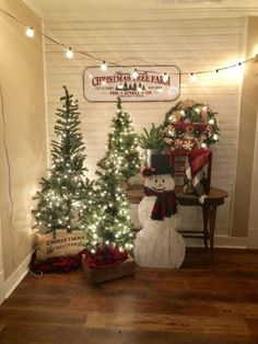 +16 Country Christmas Decorations Farmhouse Front Porches 6 Primitive Country Christmas, Country Christmas Decorations, Christmas Tree Farm, Farmhouse Christmas Decor, Noel Christmas, Vintage Christmas, Simple Christmas, Homemade Christmas, Christmas Lights