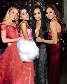 Miley Cyrus ,Ariana Grande ,Demi Lovato y Selena Gomez. Ariana Grande Fotos, Ariana Grande Selena Gomez, Adriana Grande, Miley Cyrus 2010, Kendall Jenner, Divas, Ariana Grande Wallpaper, Marie Gomez, Casual Fall Outfits