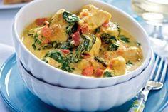 Hähnchen-Kokos-Curry mit Spinat Rezept: Zwiebel,Knoblauchzehe,Tomaten,Hähnchenfilet,Öl,Curry,Mehl,Kokosmilch,Wurzelspinat,Pfeffer